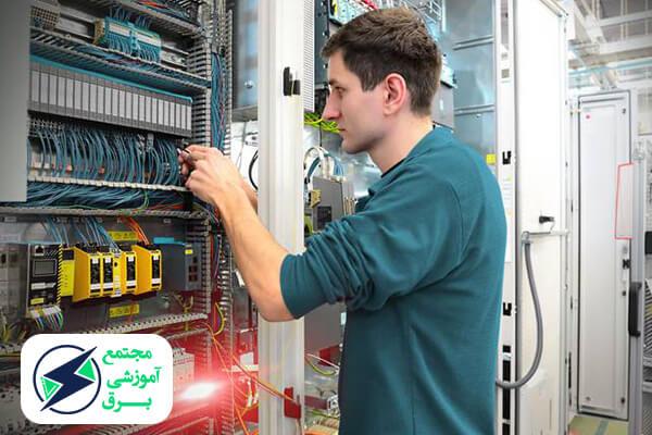 چگونه می توان یک تکنسین برق ساختمان حرفه ای شد؟